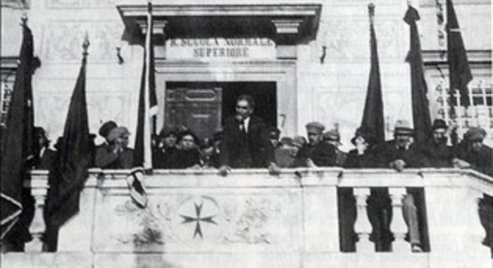 Comizio di Errico Malatasta dal balcone della Scuola Normale Superiore di Pisa